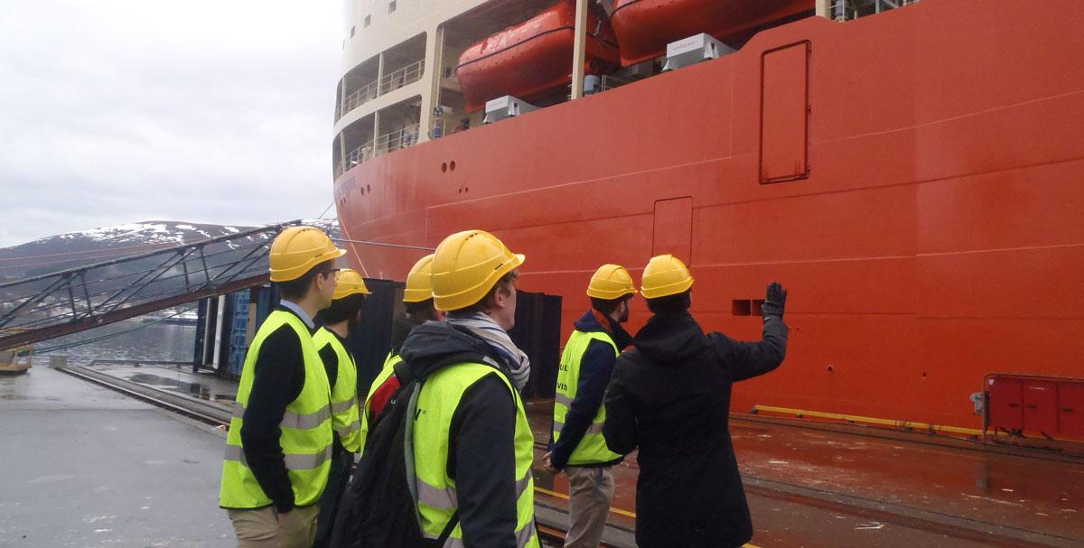 Élèves en visite sur des chantiers navals