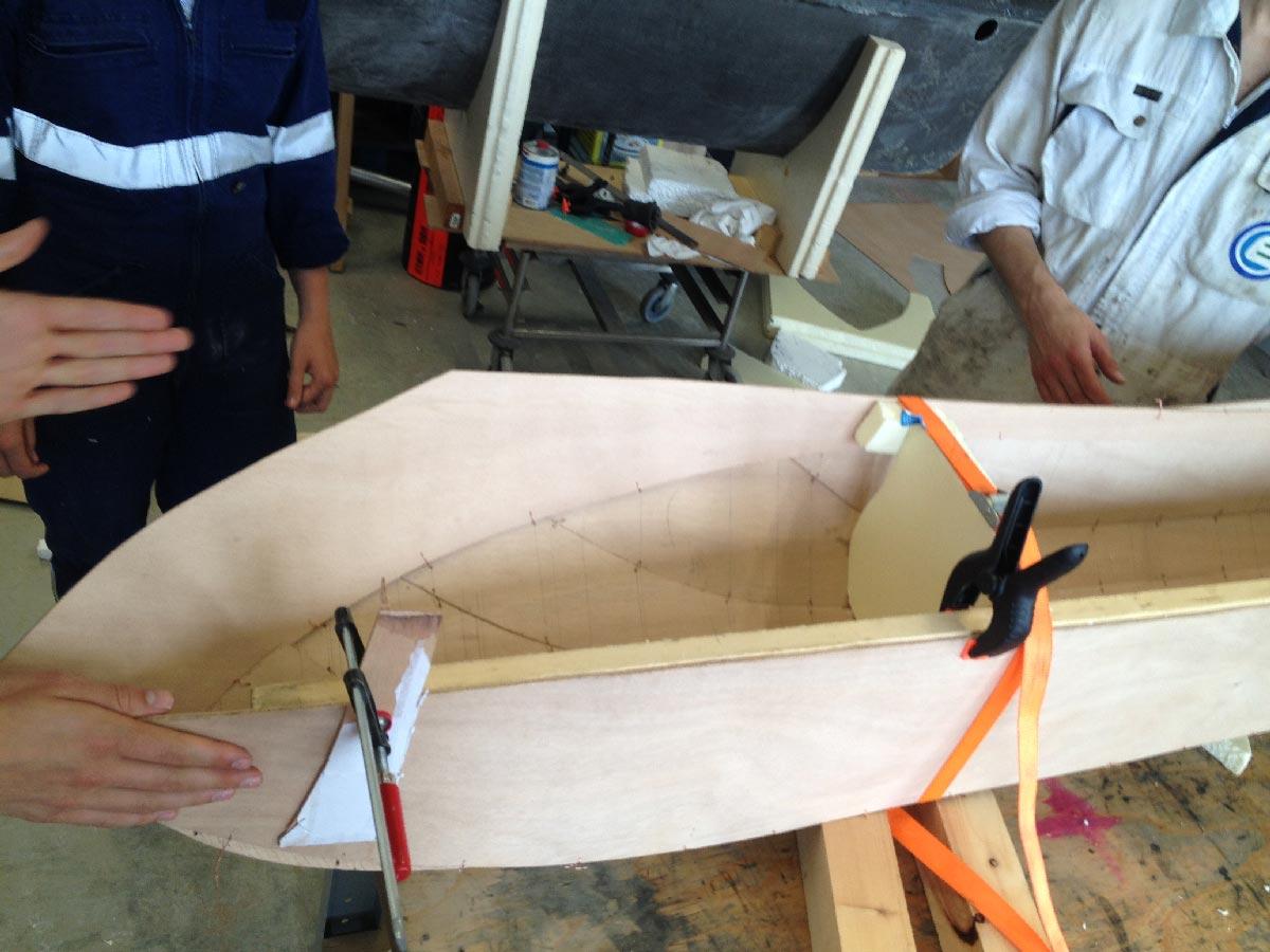 Hydro's Ride - Équipe travaille sur la coque et l'étanchéité