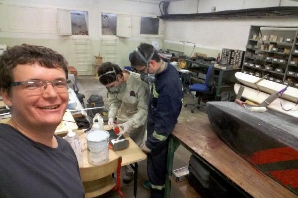 Hydrotech en train de préparer et réparer la coque