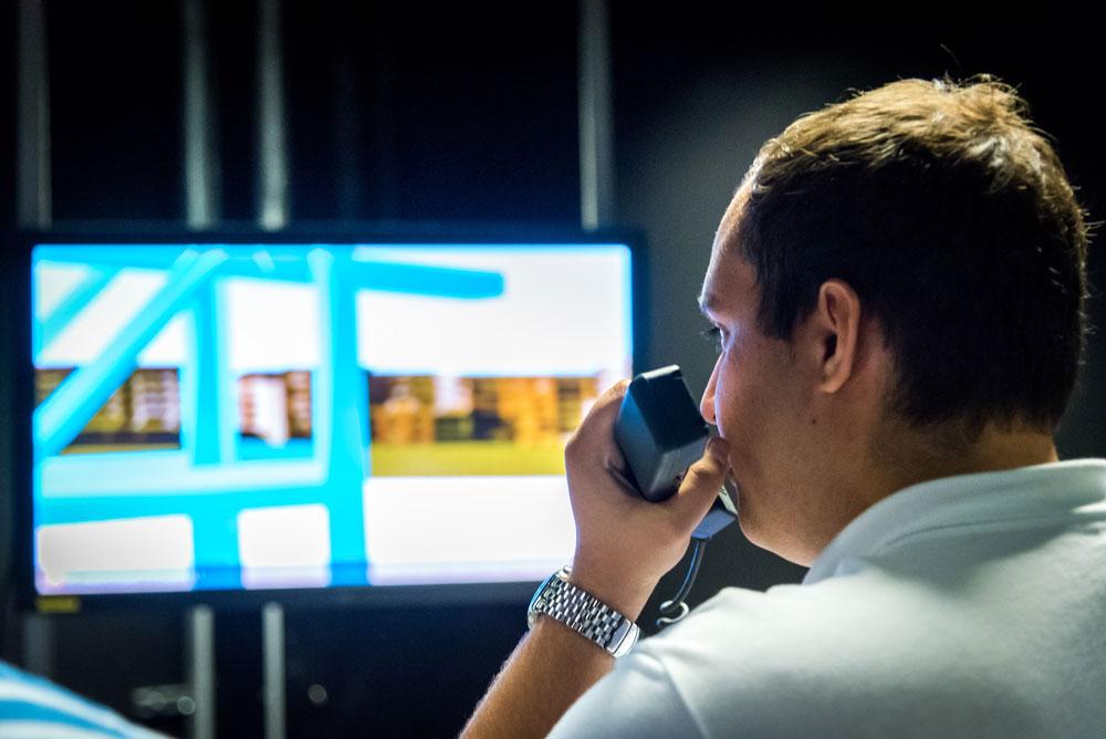 Élève de l'ENSM sur un simulateur de navigation
