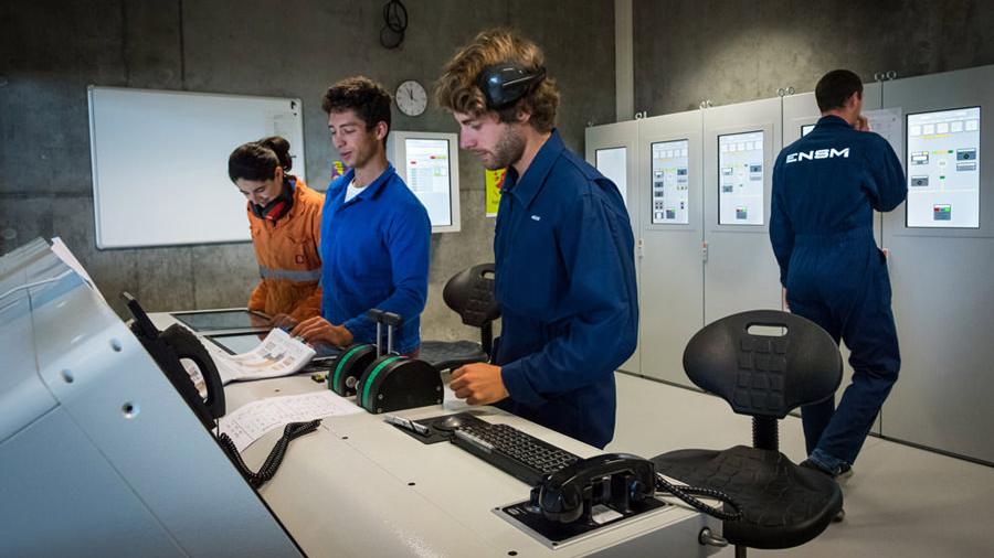 Élèves de l'ENSM sur un simulateur de machine